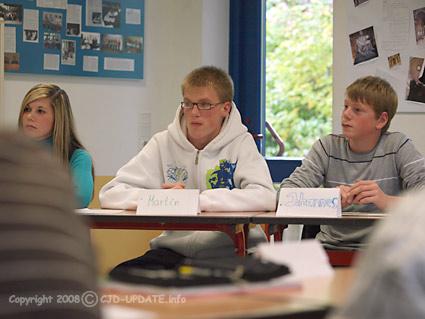 Schüler stellen den Abgeordneten des Kreistages Borken ihre Fragen. Foto: BUB