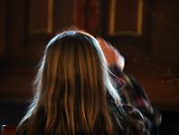 Schülerin entzündet Kerze am Altar © A. Bubrowski/CJD-UPDATE
