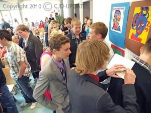 Absolventen tauschen ihre Adressen aus. Bild: BUB