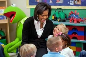 Kermit von der SESAMSTRASSE (links) und Michelle Obama im Prager Kinderentwicklungszentrum in New York. Foto: Joyce N. Boghosian