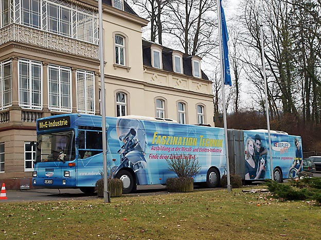 Etwa der Berufs-Info-Bus der Metallindustrie, der parkt nicht etwa vor der Schule oder auf dem Schulhof, er steht vor dem Schloss, in dem sich auch die Verwaltung und ein Teil des Internats befinden. (*)