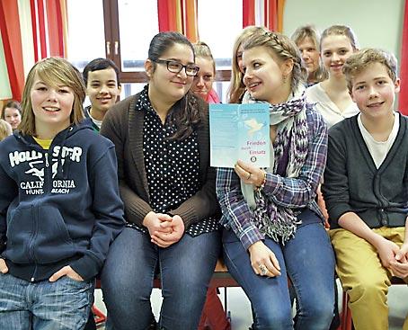 7a kreativ für den Frieden, Religionslehrerin Sabine Sprenger 3.v.r. (*)