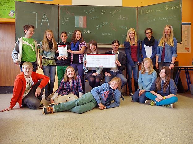 Die glücklichen Gewinner mit dem Überbringer des Schecks. Bild: BUB / CJD Oberurff