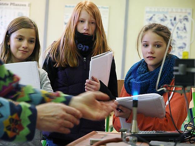 Schülerinnen der WEBLOG AG beim Interview mit Chemielehrerin Eva Friedrich. (*)