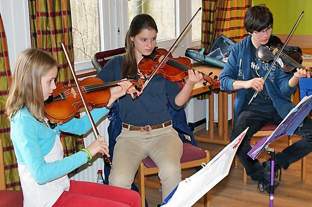 Die Streicher beim Üben, die Autorin links. Foto: Theo Vestweber / CJD Oberurff