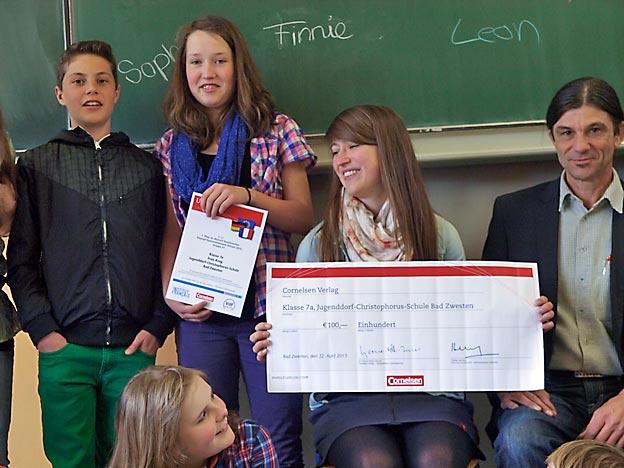 Preisübergabe an Französischlehrerin Julia Krug und ihre Schüler aus der 7a. Bild: BUB / CJD Oberurff