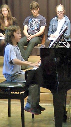 Pascal Suelzle am Klavier. Foto: BUB/CJD Oberurff