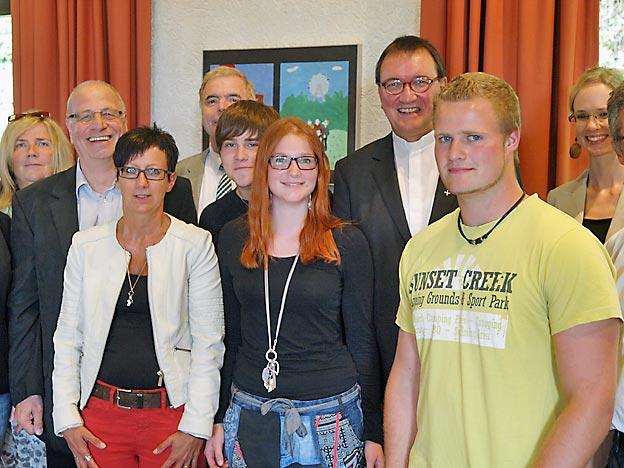 Bischof Hein und sein Visitations-Team inmitten von Schülern und Mitarbeitern des CJD Oberuff.Bild: A. Bubrowski/CJD Oberurff