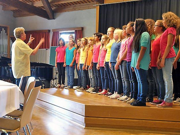 Der Kleine Chor unter Leitung von Sabine Schmidt begrüßt Bischof Hein. Bild: A. Bubrowski/CJD Oberurff