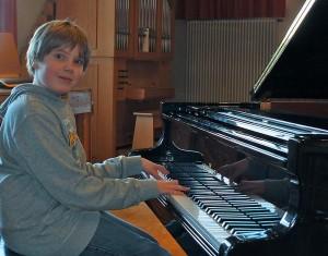 Flinke Finger am Flügel: Nachwuchspianist Joke Wadehn. Foto: M. Moniac/CJD Oberurff