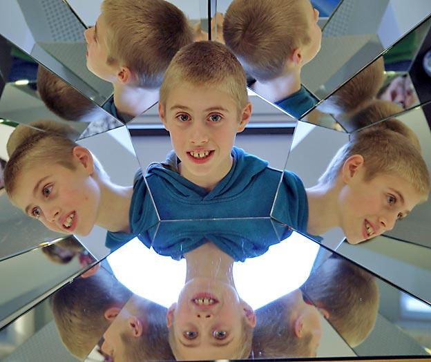 Arne umgeben von Arne-Perspektiven. Bild: A. Bubrowski/CJD Oberurff