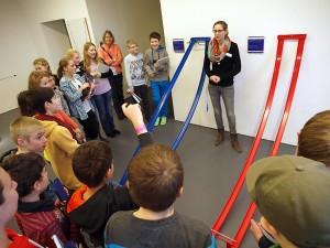 Ausstellungsführerin Victoria Gessner bringt die Schüler der 6h zur (Selbst-)Erkenntnis in Sachen rollender Kugeln. Bild: A. Bubrowski/CJD Oberurff