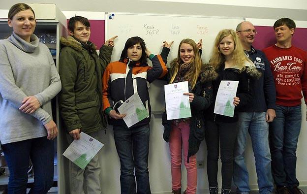 Die Sieger mit ihren Mathematiklehrern. Bild: BUB/CJD Oberurff