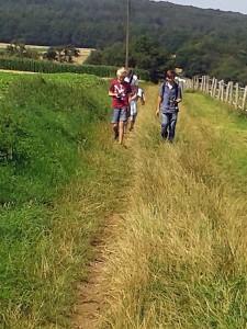 Wandern über die Felder auf der Suche nach dem nächsten Cache.Foto: BUB/CJD Oberurff