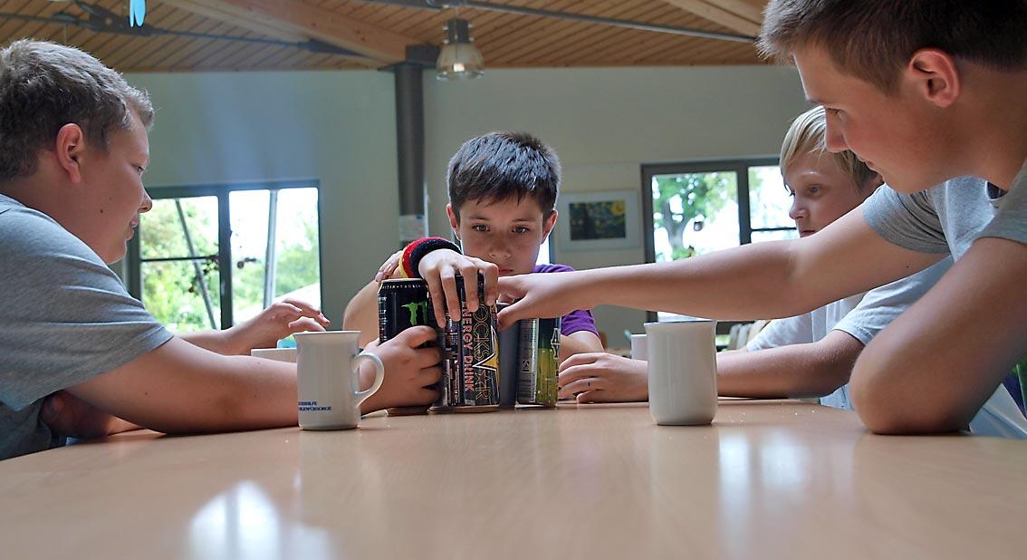 """""""Verkostung"""" von Energie-Drinks in der Cafeteria durch Junior-Onlineredakteure der WEBLOG AG als Teil der journalistischen Recherche zum Artikel, rechts der Autor. Bild: A. Bubrowski/CJD Oberurff"""
