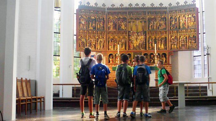 Besuch der riesigen Stadtkirche in Kiel.