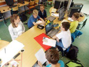 Katharina Kurz und Junior-Onlineredakteure am Newsdesk der WEBLOG AG