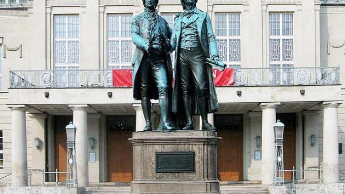 The Goethe and Schiller statue in Weimar, created by Ernst Rietschel (1804–61), unveiled in 1857.Foto: Andreas Trepte
