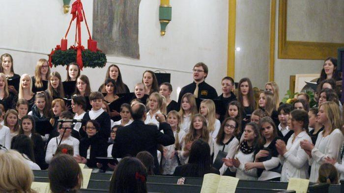 Die Schulgemeinde des CJD Oberurff feiert Advent. Bild: Andreas Bubrowski / CJD Oberurff