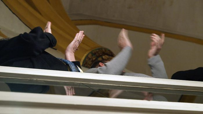 Freudiger Beifall von der Empore der Stadtkirche Fritzlar | Bild: Andreas Bubrowski / CJD Oberurff