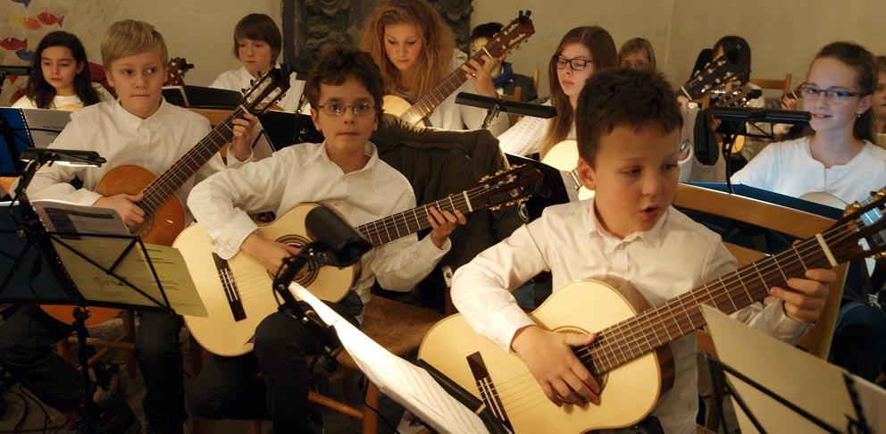 Gitarrenensemble kurz vor dem Einsatz. Bild: A: Bubrowski/CJD Oberurff