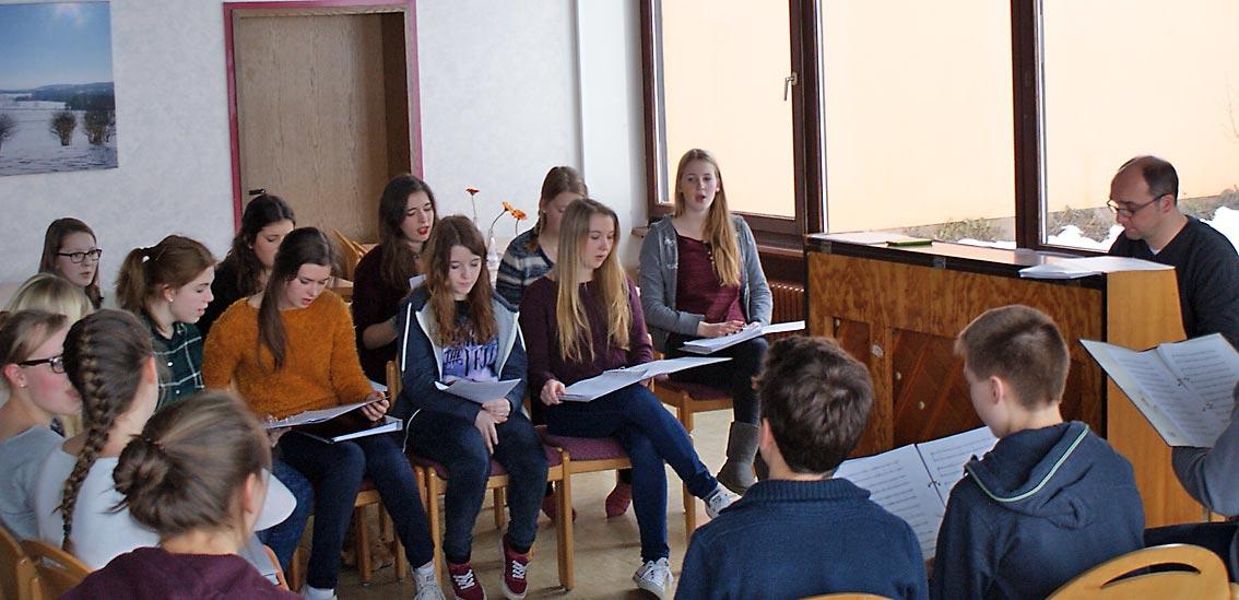 Der große Chor bei der Probe mit Herr Heimbucher. Foto: privat