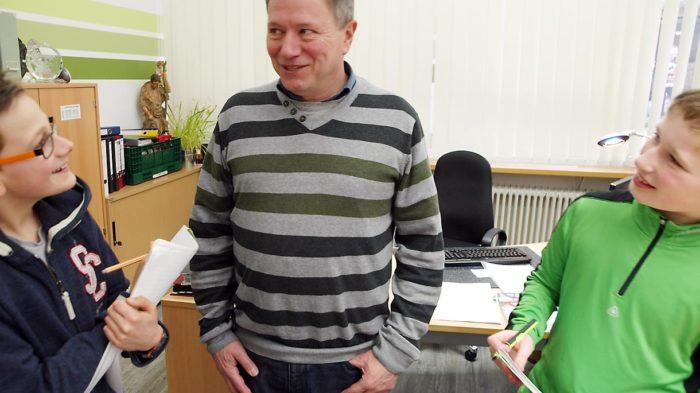 Dominik (l.) und Malte - Junior-Onlineredakteure der WEBLOG AG - interviewen Schulleiter Günter Koch. | Bild: Andreas Bubrowski/CJD Oberurff