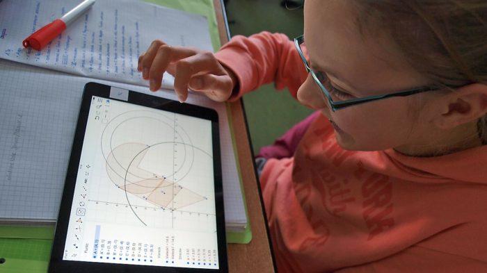 Nach einer selten überdurchschnittlich erfolgreichen Arbeitsphase in Geometrie (Klassenarbeit: 1,8) durften Schüler außerhalb des Lehrplans ihre Geometriekenntnisse am Tablet praktisch anwenden. Bild: A. Bubrowski/CJD Oberurff