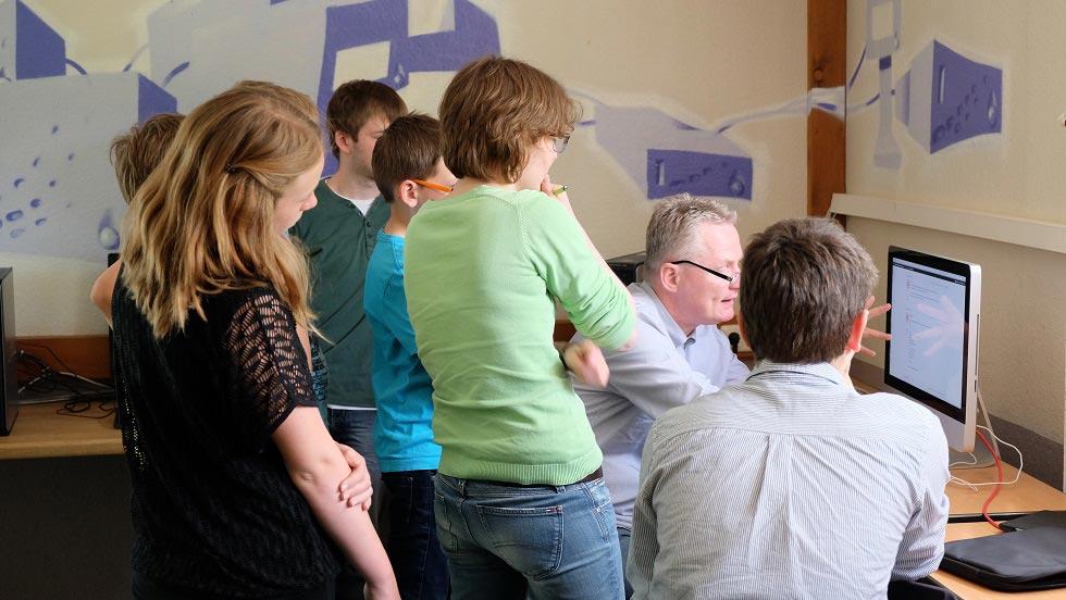 Zum zehnjährigen Besuch von der HNA-Lokalredaktion,  Homberg. Reporterin  Anke Laumann (m. v.) lässt sich das schuleigene soziale Netzwerk CJD2go erklären. Bild: D. Jukic/CJD Oberurff