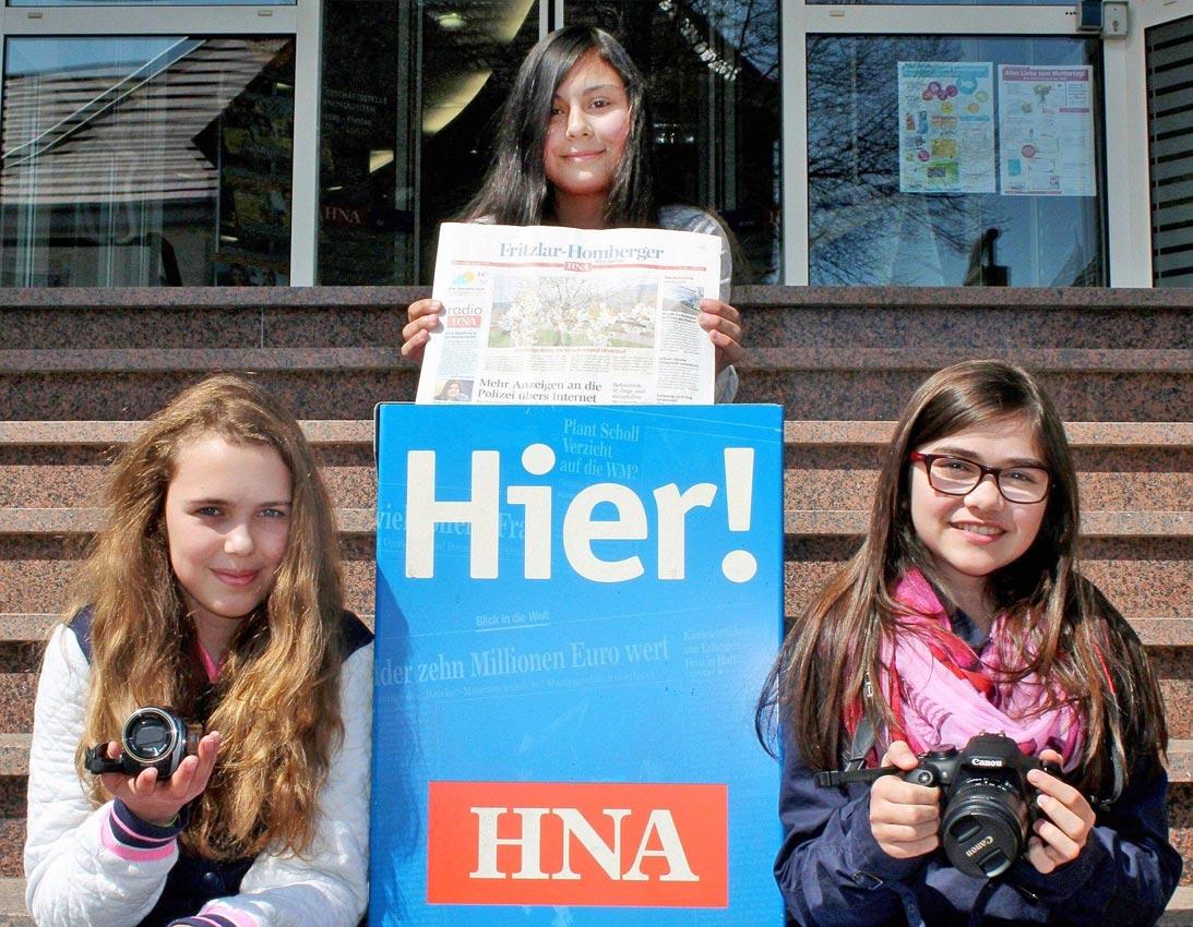Vor der Lokalredaktion der HNA in Homberg, rechts die Autorin. Foto: privat