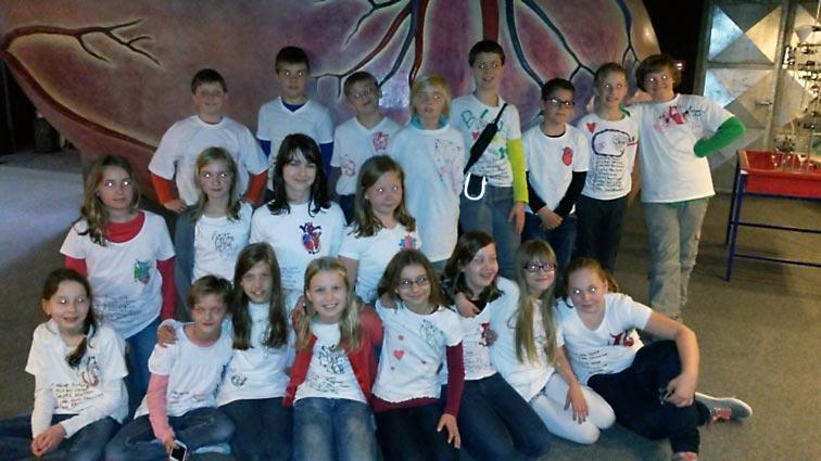 Die Schüler der Klasse 5b vor dem Begehbaren Herz. Foto: privat