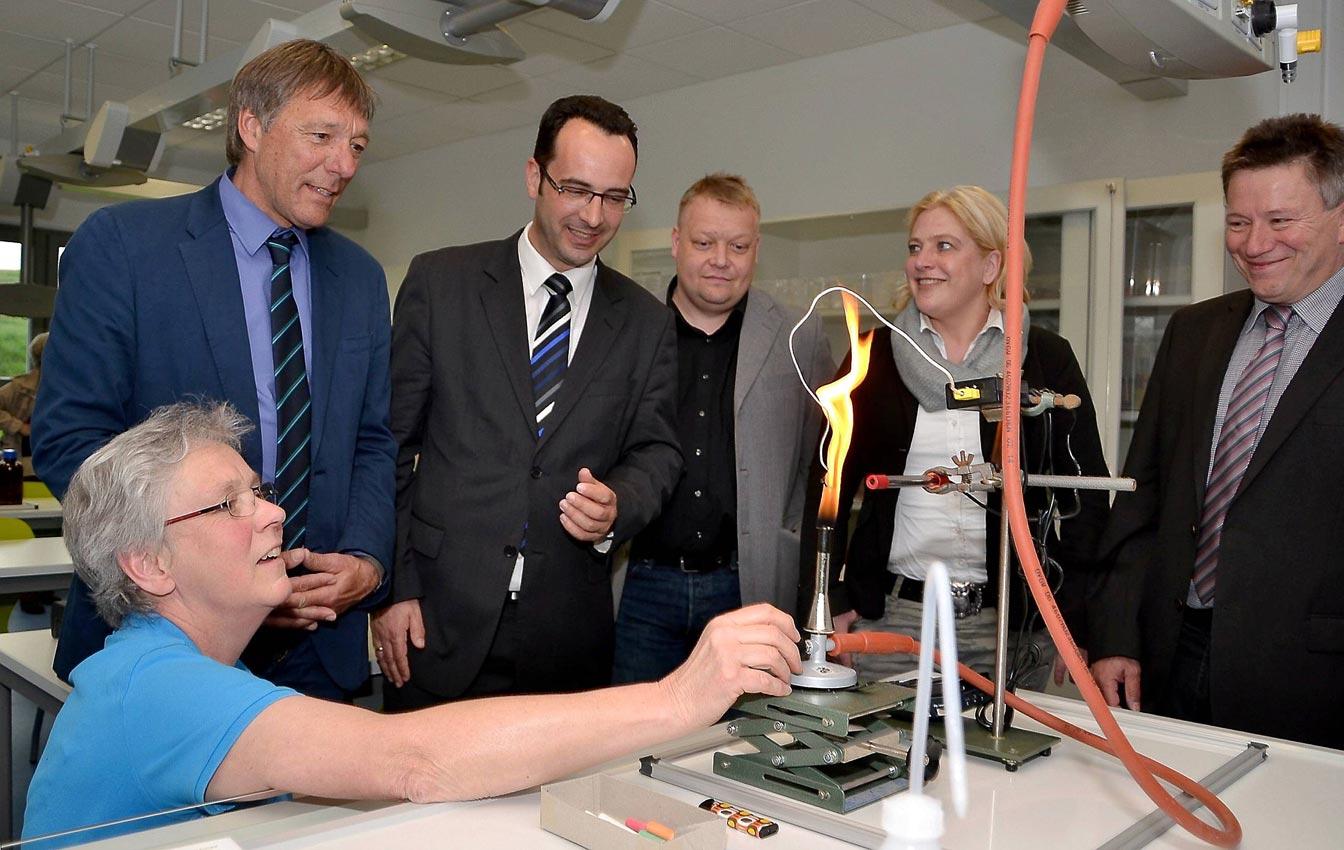 Chemielehrerin Eva Friedrich führt stolz die neuen Möglichkeiten des Chemie-Hauses vor. Bild: M. Moniac/CJD Oberurff