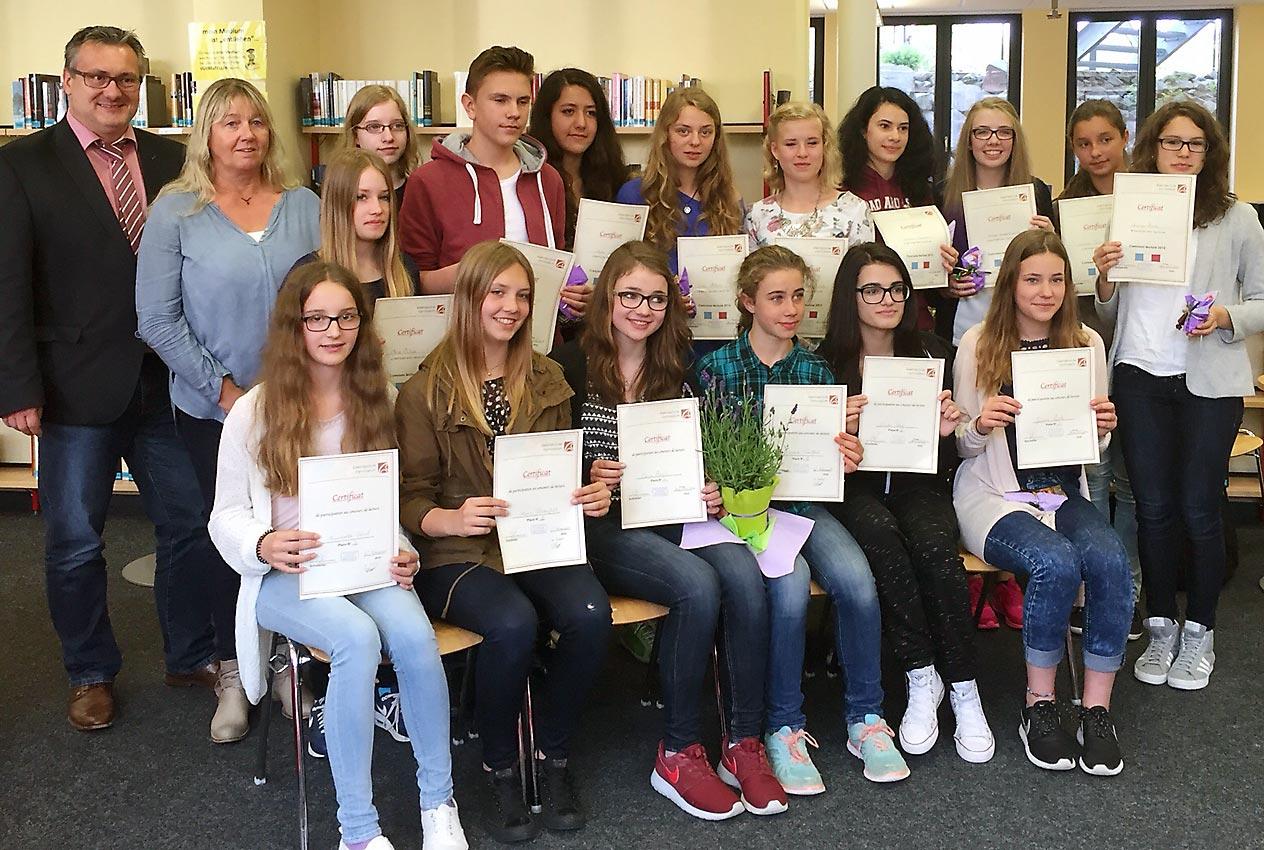 15 Französisch-Schülerinnen und ein -Schüler. Foto: privat