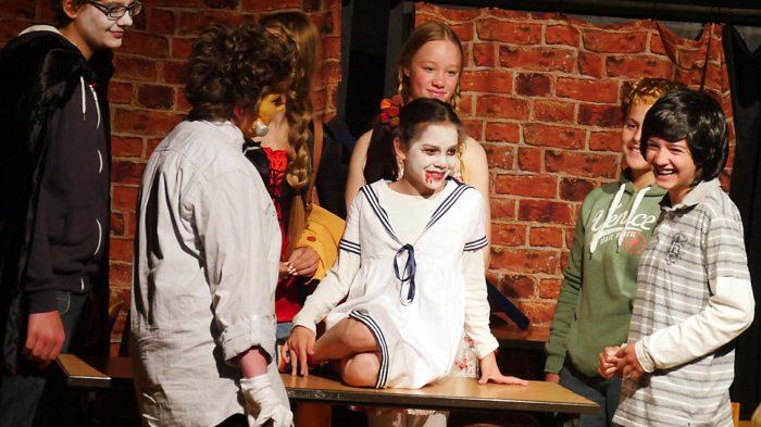 Ende gut alles gut - auch beim Vampir-Krimi der Theater-AG. Bild: A. Bubrowski/CJD Oberurff