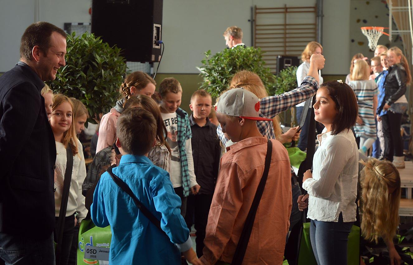 Erster Smalltalk mit neuen Mitschülern und neuem Klassenlehrer. Inzwischen geht es auf der Bühne weiter.Foto: A-A. Schlüter/CJD Oberurff
