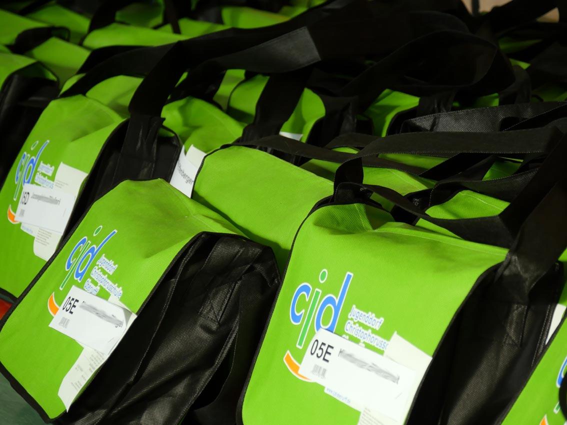 CJD-Oberurff-Taschen stehen bereit. Bild: A. Bubrowski/CJD Oberurff