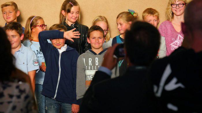 Gutes Omen: Schulaufnahme im gleisssenden Licht einer spätsommerlichen Abendsonne. Bild: A. Bubrowski/CJD Oberurff