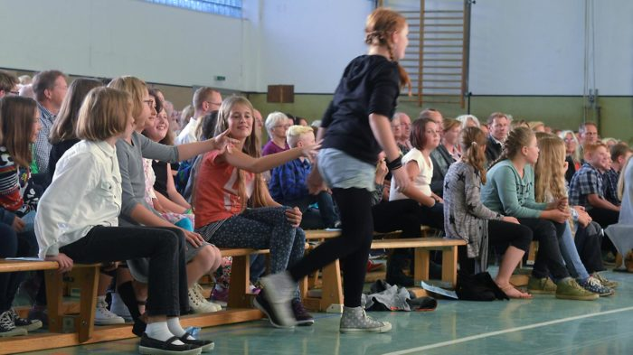 Die Schüler werden zu ihren neuen Klassen gerufen. Foto: A-A. Schlüter/CJD Oberurff