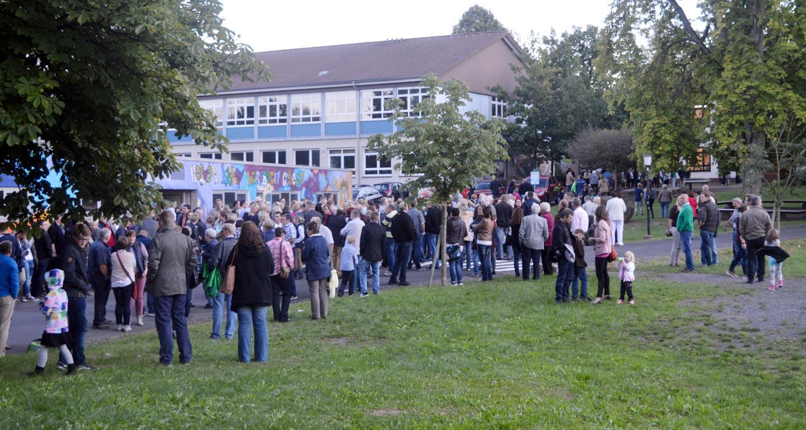 Menschenauflauf vor der Turnhalle. Foto: A-A. Schlüter/CJD Oberurff