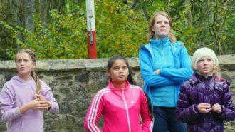 Cool, wie Schülerinnen der 5c gemeinsam mit Klassenlehrerin Sarah Janassek das Geschehen in der Burg checken. Bild: A. Bubrowski/CJD Oberurff