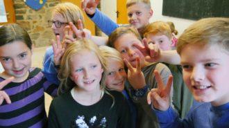 Das V-Zeichen steht eigentlich für VICTORY (Freiheit). Aber die Schüler der 5e rufen PEACE (Frieden) dazu. Was kein Nachteil ist. Bild: A. Bubrowski/CJD Oberurff