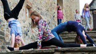 Es tut fast weh hinzuschauen. Aber den Schülerinnen macht es einen riesigen Spaß, ihr artistisches Talent ohne jede Mühe zu zeigen. Bild: A. Bubrowski/CJD Oberurff
