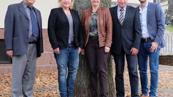 Hans-Peter Ziegler (ehemaliger stellvertretender Schulleiter), Nicole Rademacher (Gesamtleitung CJD Oberurff),  Claudia Ravensburg, Günter Koch (Schulleiter), Daniel Jukic (Sozialmarketing). Foto: Simone Aue/CJD Oberurff