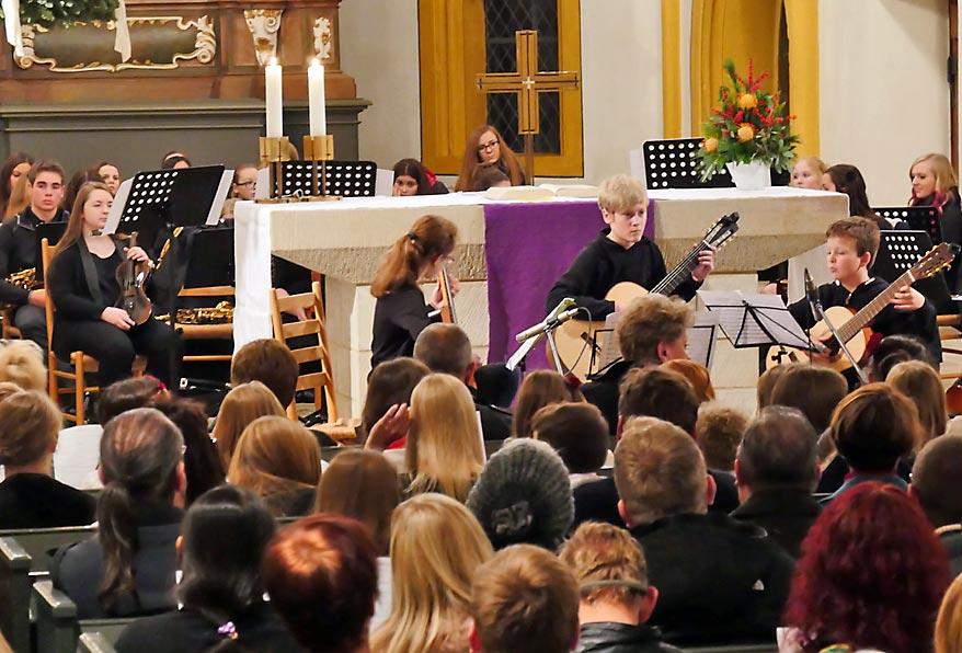 Gitarre virtuos gezupft von Zora Kerekes, Mika Henke und Marc Vössing | Bild: Andreas Bubrowski/CJD Oberurff