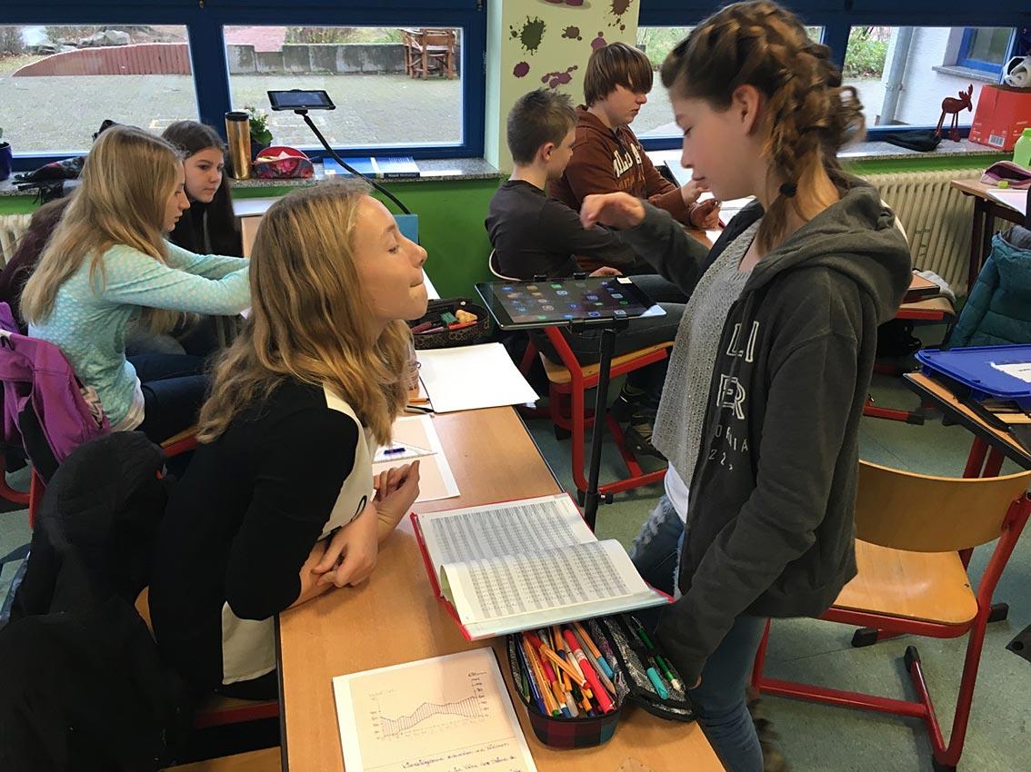 Schüler erkunden Tablets. Foto: N. Schnetzler/CJD Oberurff