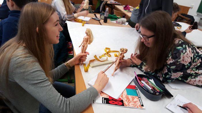 Leonie und Therese beim erstellen der Planfigur | Foto: Julia Krug/CJD Oberurff