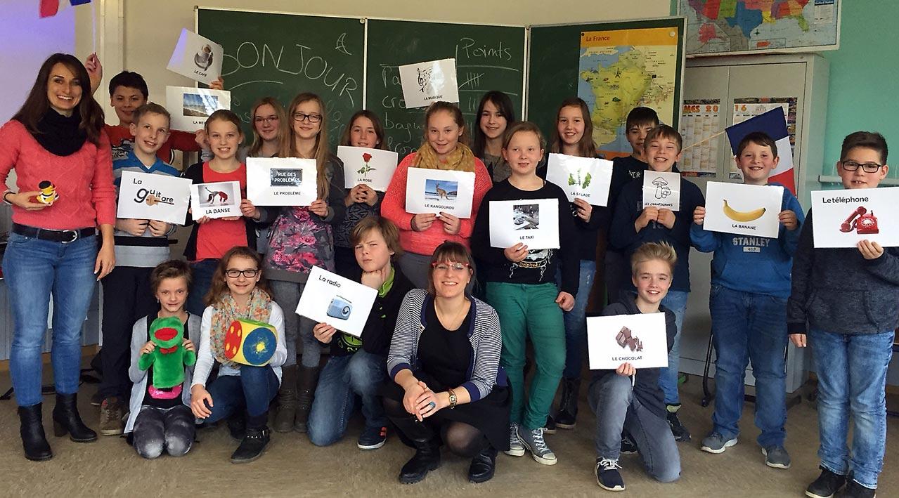 Klasse 6b mit France-Mobil-Lektorin Fanette Bossuyt (v. mitte) und Französischlehrerin Christina Lechnwr (li.). Foto: privat