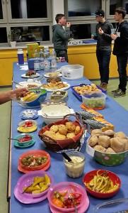 Köstliches Buffet moderner griechischer (mediterraner) Kochkunst, zubereitet von der Elternschaft. Foto: privat