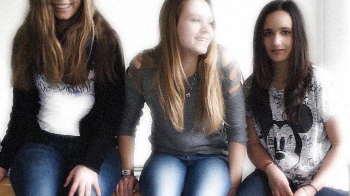 Experiminta: Schülerinnen der 8d testen den XXL-Hebel | Bild: Andreas Bubrowski/CJD Oberurff