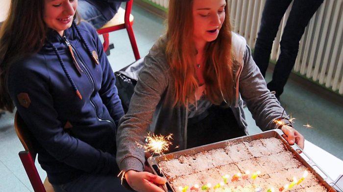 Mitschüler begrüßen das Geburtstagskind Chiara | Bild: Andreas Bubrowski/CJD Oberurff